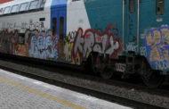 Scoperti a dormire sui vagoni in deposito: multati in 3