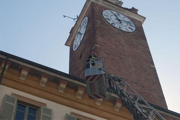 Dopo il vento, i Vigili del Fuoco verificano le tegole di Palazzo Natta