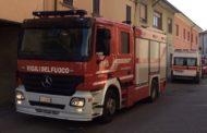 Entrano da una finestra del terzo piano: i vigili del fuoco salvano un'anziana colta da malore
