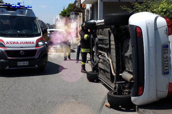 Incidente in corso Milano: auto si ribalta