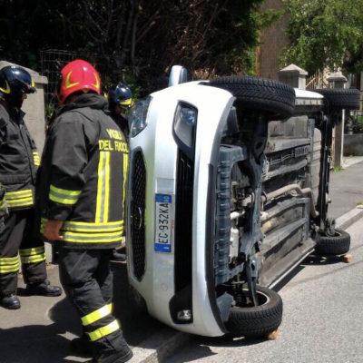 Auto ribaltata in corso Milano