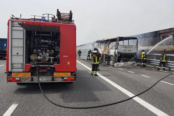 Pullman di scolari si incendia sulla A4