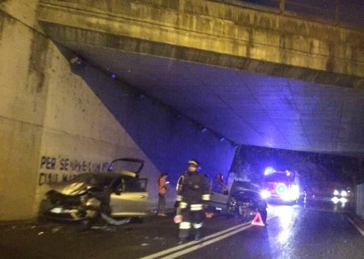 Impressionante incidente nel sottopasso di via Porzio Giovanola: le foto dei lettori!