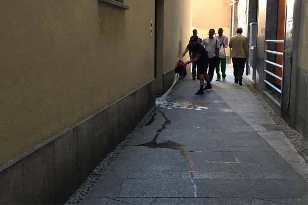 Novara: un orinatoio in pieno, pienissimo centro...