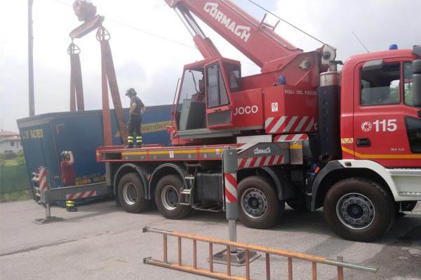 Autogru rimuove container dalla strada a Sizzano