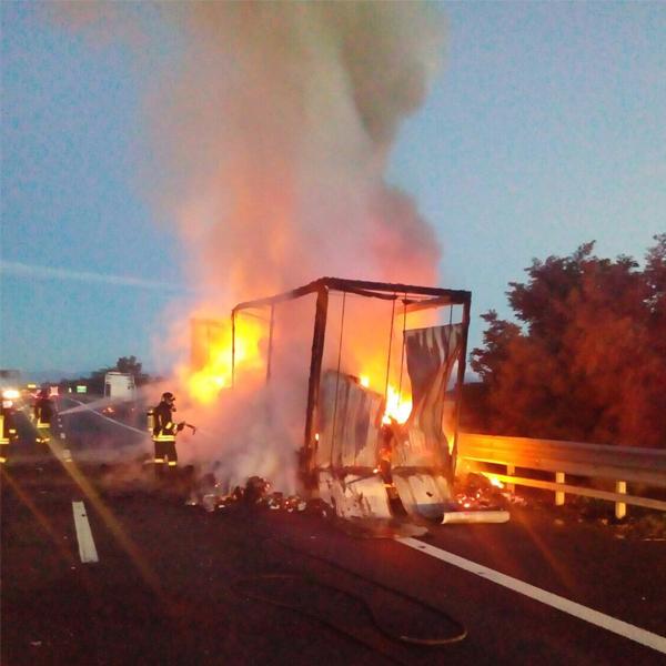 Incendio in autostrada: coinvolto un mezzo che trasportava stoffa