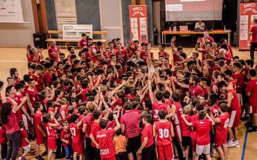 Palazzetto gremito ed una scenografia emozionante: così Novara Basket conquista la città
