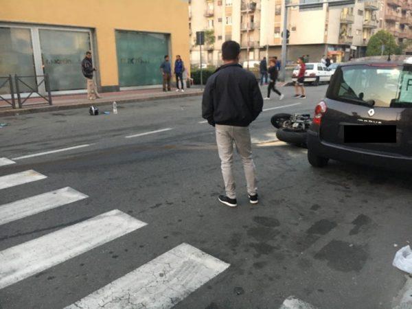 Scooter centra 3 auto in corso Milano