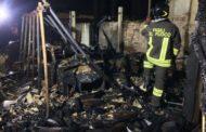 Incendio in rimessa: distrutte auto d'epoca e una barca