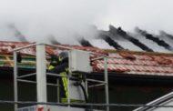 Tetto distrutto dalle fiamme, evacuata una famiglia: il video