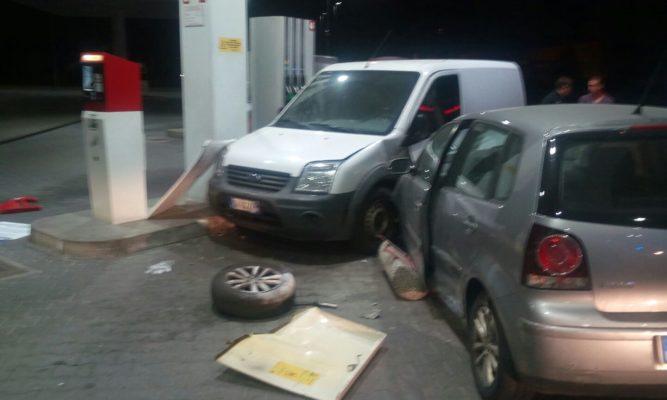Un'auto piomba sulla pompa di benzina, solo tanta paura, area messa in sicurezza. Le foto.