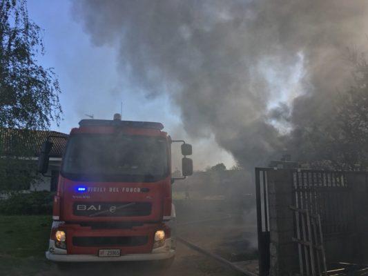 Ancora fiamme in un deposito, questa volta a Borgolavezzaro. Le foto dei Vigili del Fuoco