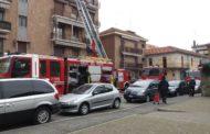 Novara: incendio sul tetto di un condominio, ferito un operaio