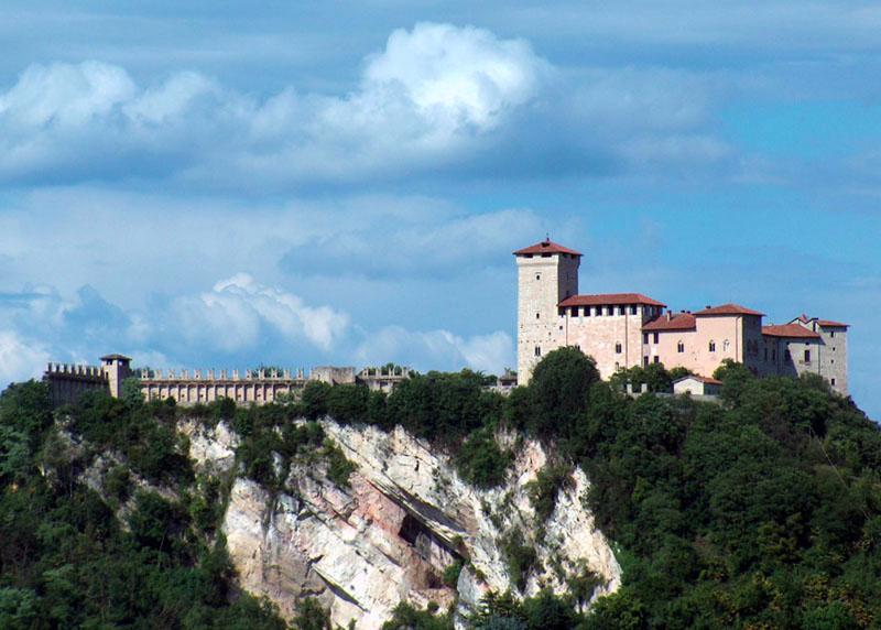 Incontro con i Borromeo: restyling alla Rocca e illuminazione del Castello di Angera