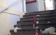 Bottiglie vuote e sporcizia sulle scale del mercato coperto. Triste epilogo di una serata goliardica?