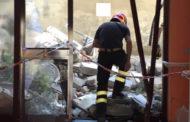 Crolla un balcone da un palazzo di via Biroli: diverse famiglie evacuate
