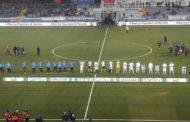 Gli episodi condannano il Novara nel momento migliore azzurro; vince il Frosinone nel finale