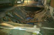 Ecco la voragine che si è creata dopo lo sprofondamento del camion in via Cavo Dassi