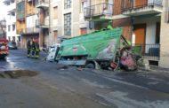 L'asfalto cede, il camion sprofonda e trancia i tubi del gas in via Cavo Dassi