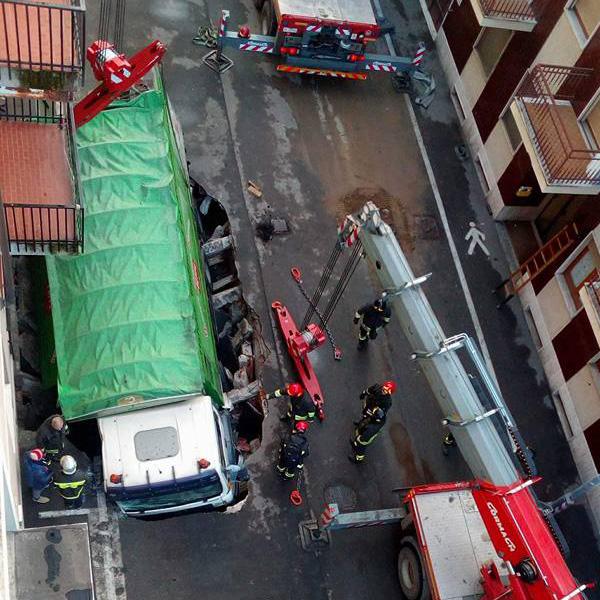 Giornata impegnativa per i vigili del fuoco: in via Cavo d'Assi un camion è sprofondato nell'asfalto