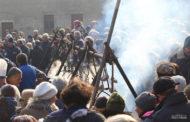 Folla di gente alla Badia di Dulzago per la fagiolata di San Giulio