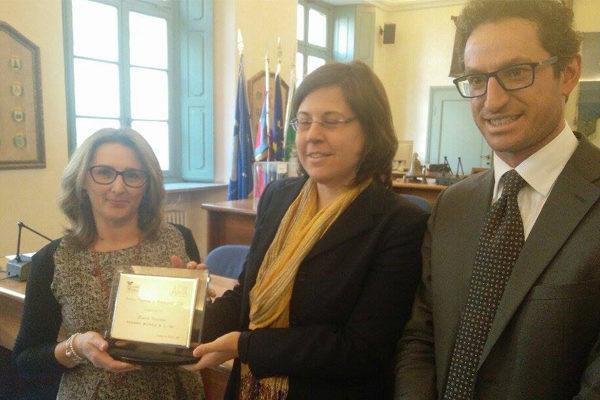 Il premio a Monica Pezzana consegnato all'Api (Laura Travaini e Francesco Cruciano)