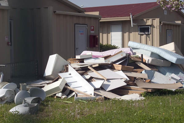 All'ex campo Tav, rifiuti ovunque... (foto Finotti)