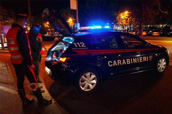 Rientra ubriaco e aggredisce prima la madre poi i Carabinieri