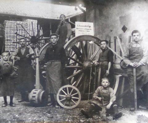 La famiglia Mazzonzelli. Nini, il bimbo seduto in basso a destra
