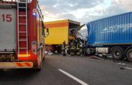 Scontro tra autoarticolati in A4: muore camionista senegalese