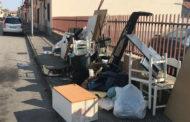 Calcinacci e pezzi d'auto tra i rifiuti: multa da 500 euro