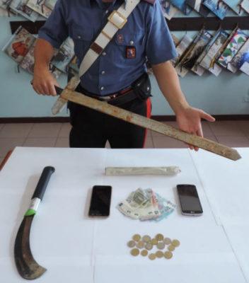 Un machete e una spada tra le armi di difesa trovate