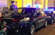 Ubriaco fugge dai carabinieri a 180 all'ora e si schianta su un muretto