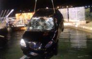 Esce di strada e finisce nel canale: 27enne muore imprigionata nell'auto