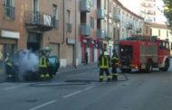 Auto prende fuoco in corso XXIII Marzo: video e foto