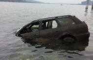 Auto recuperata dai fondali del lago Maggiore