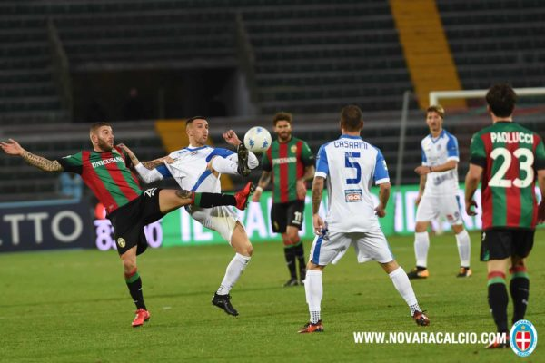 Moscati autore dell'assist lotta a centrocampo