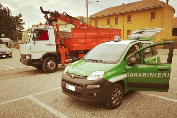 Carabinieri Forestali Borgolavezzaro Novara sequestro camion rifiuti metallici