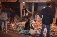 Libri per strada in Viale Ferrucci: ed i passanti fanno a gara per prenderli