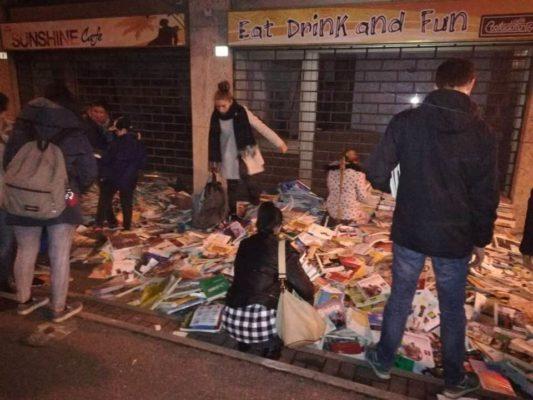 Libri per strada in Viale Ferrucci