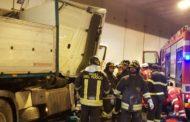 Incidente in galleria fra camion e due auto