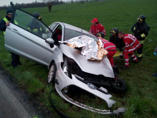 Due auto si scontrano fra Bellinzago ed Oleggio. I conducenti ricoverati in ospedale