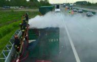 Tir carico di rifiuti in fiamme: chiusa una corsia della A4