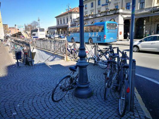 Guerra alla sosta selvaggia, rimosse 25 biciclette. Ma gli spazi regolari sono sufficienti?