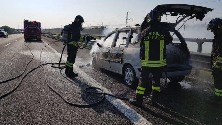Auto a gpl in fiamme, VdF in azione a Romentino. Le foto.