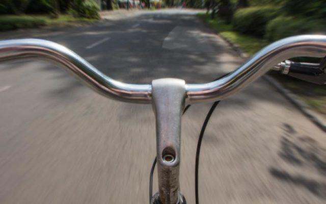 Tenta lo scippo in bicicletta, i passanti contribuiscono a sventarlo