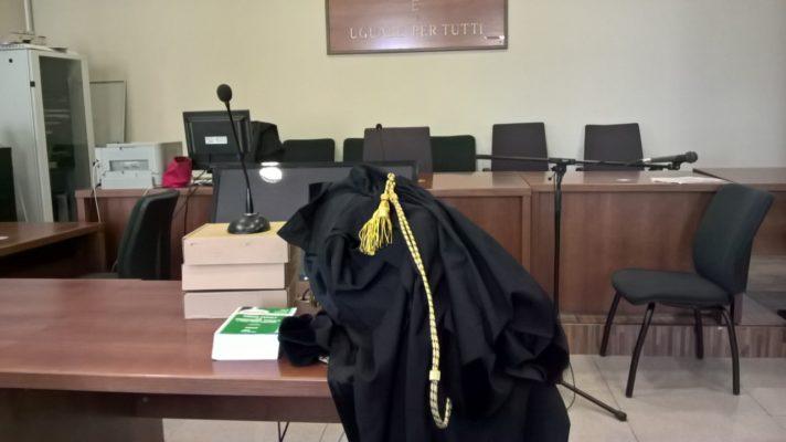 Strappa la borsa a trans: per il giudice non è rapina