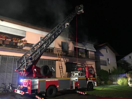 Bloccati sul terrazzo dalle fiamme, messi in salvo dai VVF