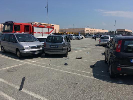 Camion fa carambola di auto nel parcheggio