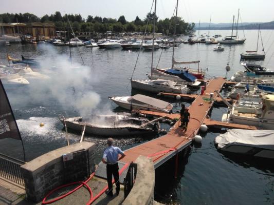 incendio barca vela Lesa lago Maggiore